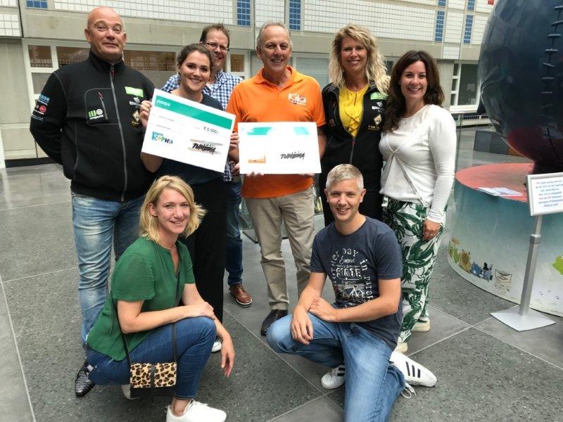 Groepsfoto Team Tundra en ondersteuners samen met ambassadeurs van KiKa en Vrienden van het Sophia